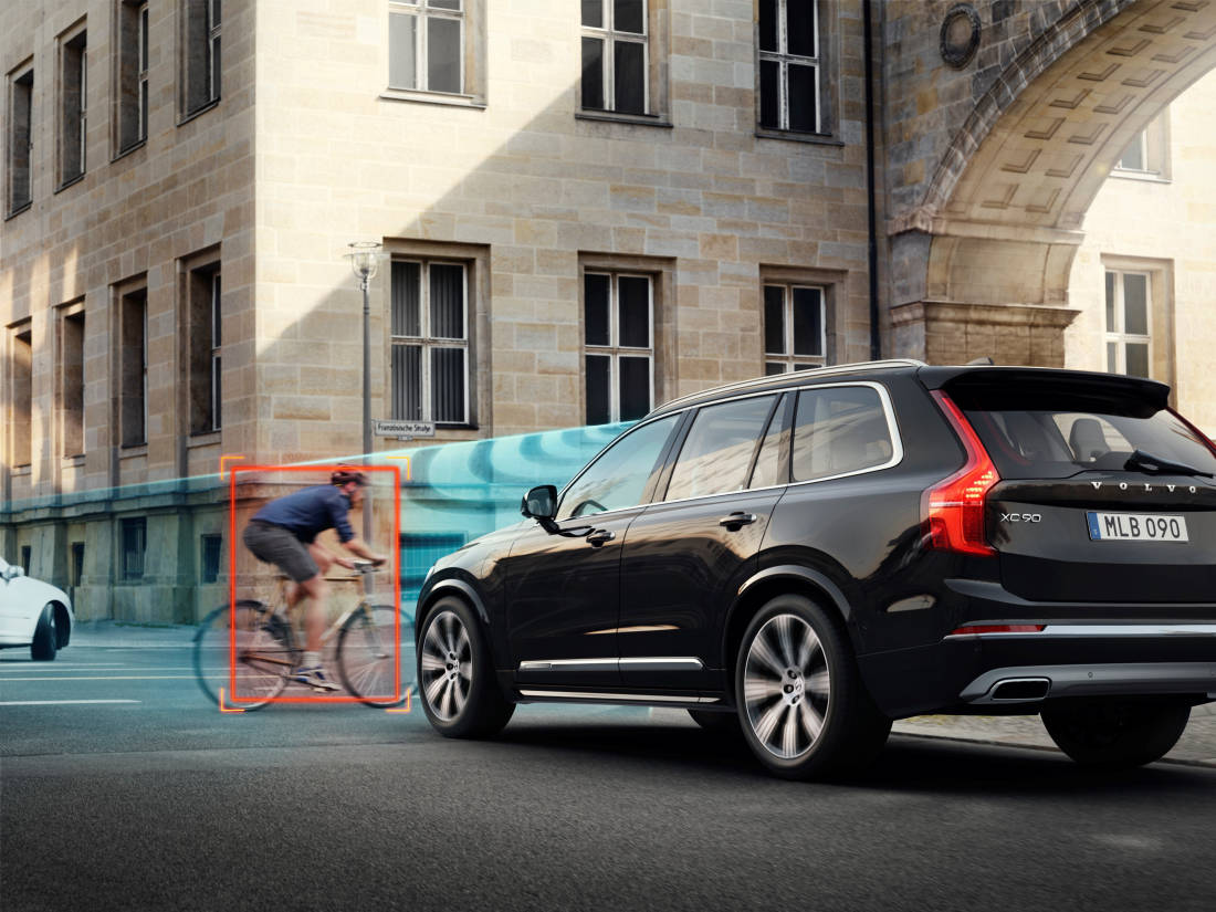253952 Volvo Cars and POC develop world-first car-bike helmet crash test